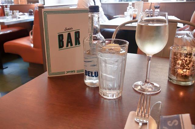 vasos de agua bar