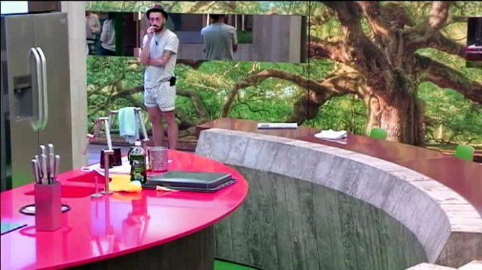 Aritz frente a la cocina.