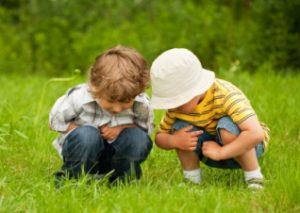 Niños explorando